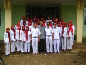 Foto bersama staf Puskesmas Manipi